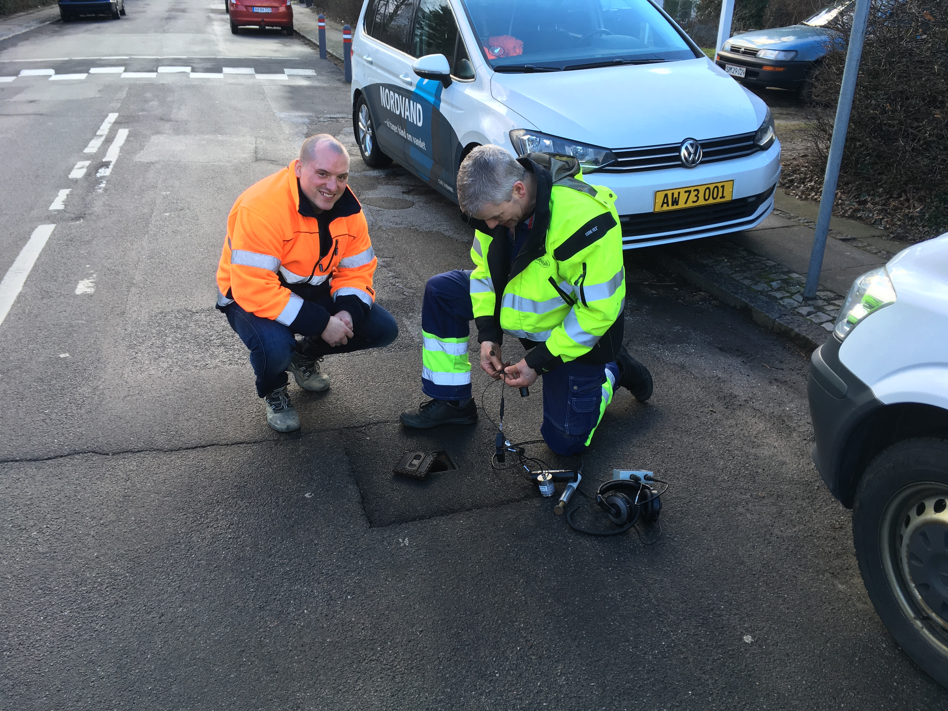 LEAKman professionals instaling noise loggers